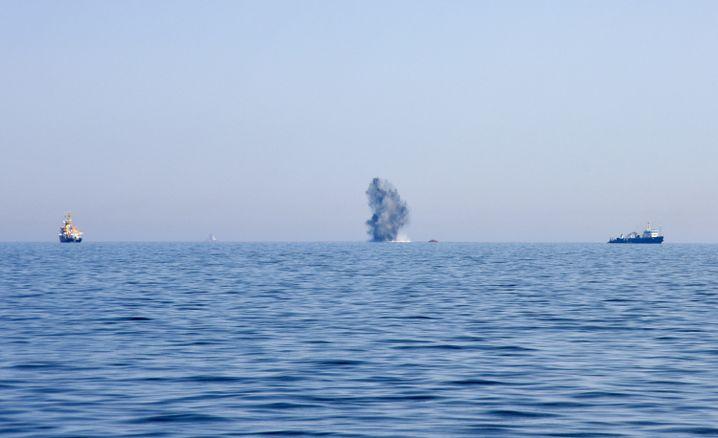 Ein Torpedo aus dem Zweiten Weltkrieg wird am 23. Mai 2017 in der Ostsee vor Kühlungsborn (Mecklenburg-Vorpommern) gesprengt