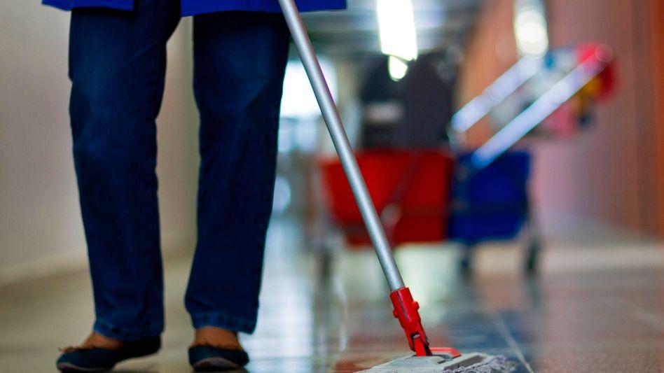 Gebäudereinigerin: Mindestlohn-Ausnahmen für Rentner verfassungswidrig?