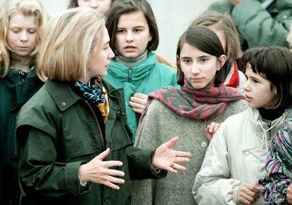 Hillary Clinton 1996 auf US-Flughafen in Tuzla: Smalltalk statt Schüsse