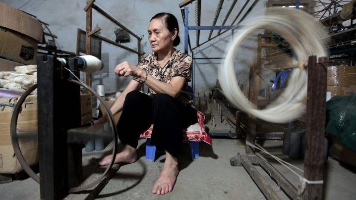 Textilproduktion in Asien: Zehn bis zwölf Stunden arbeiten und nur einen Tag frei