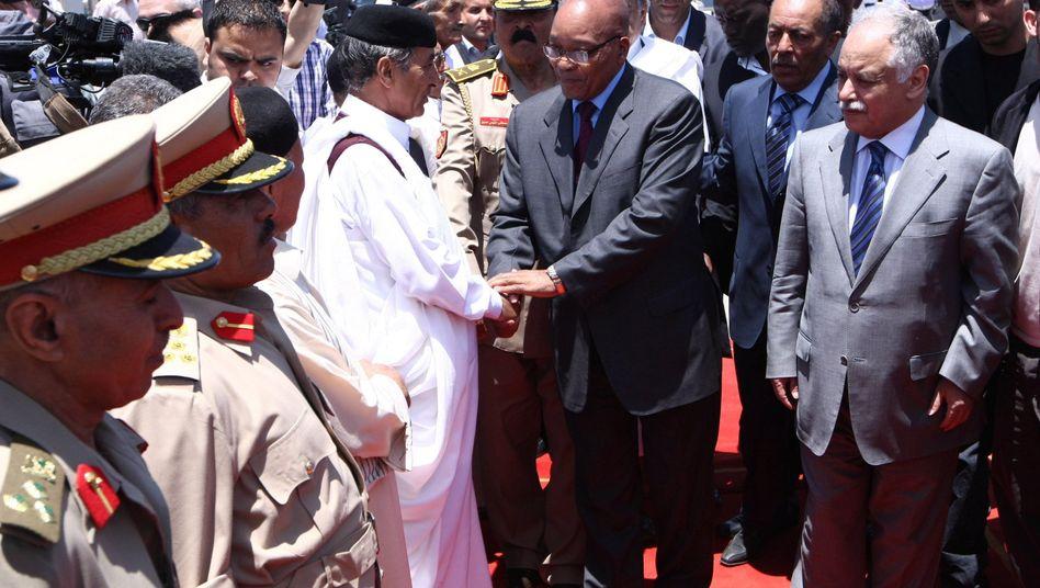 Empfang auf dem Flughafen: Libyens Premier Baghdadi al-Mahmudi (r.) und Südafrikas Präsident Jacob Zuma (neben ihm)