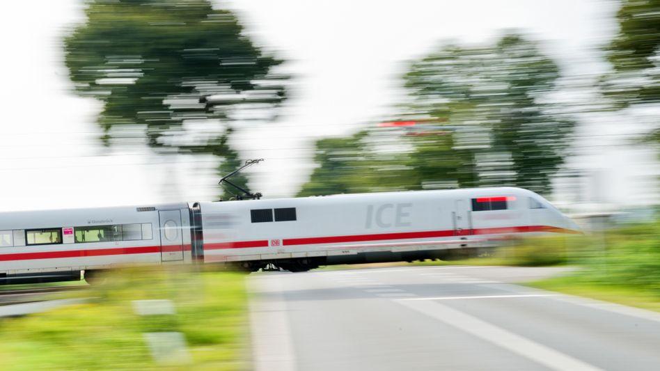 Ein ICE der Deutschen Bahn (Symbolbild): In Brandenburg war ein Mann an den Gleisen unterwegs