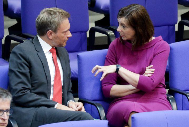 Austausch: Christian Lindner, Fraktionsvorsitzender und Parteivorsitzender der FDP, unterhält sich im Bundestag mit Katrin Göring-Eckardt, Fraktionsvorsitzende der Grünen