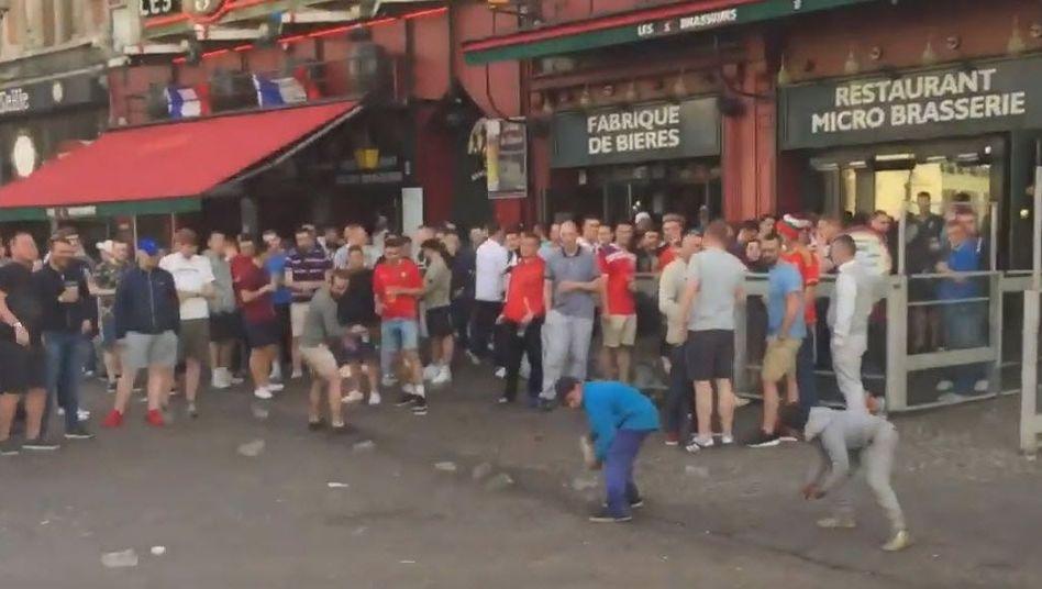 Szene mit Fans und Kindern in Lille
