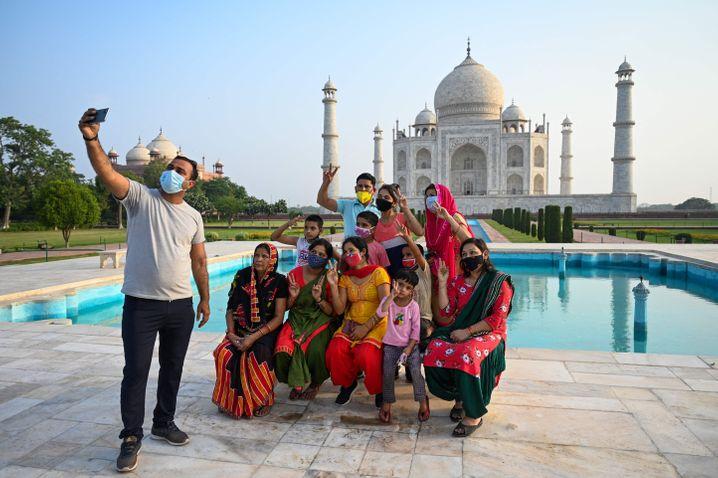 Eine Touristengruppe vor dem Taj Mahal