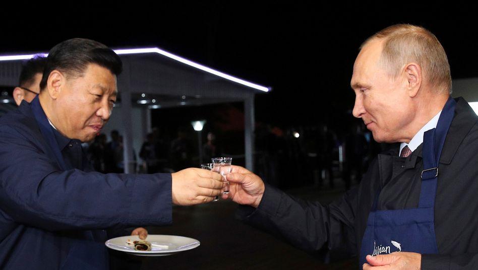 Wladimir Putin (r.) und Xi Jinping bei einem gemeinsamen Essen in Wladiwostok (2018)