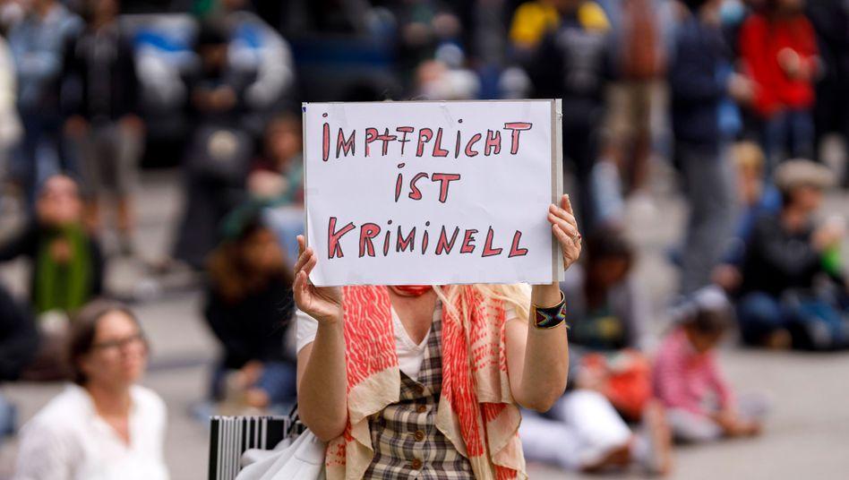 Protest-Nachricht auf einer Demonstration gegen Corona-Maßnahmen am 16.05.2020 in Köln.