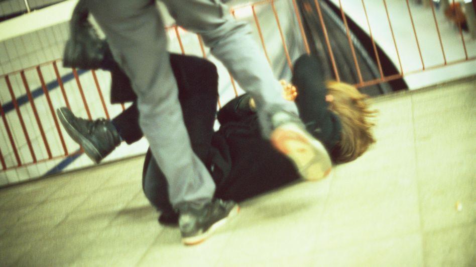 Gewalt an öffentlichen Haltestellen (Symbolbild): Wann wird Notwehr zum Angriff?