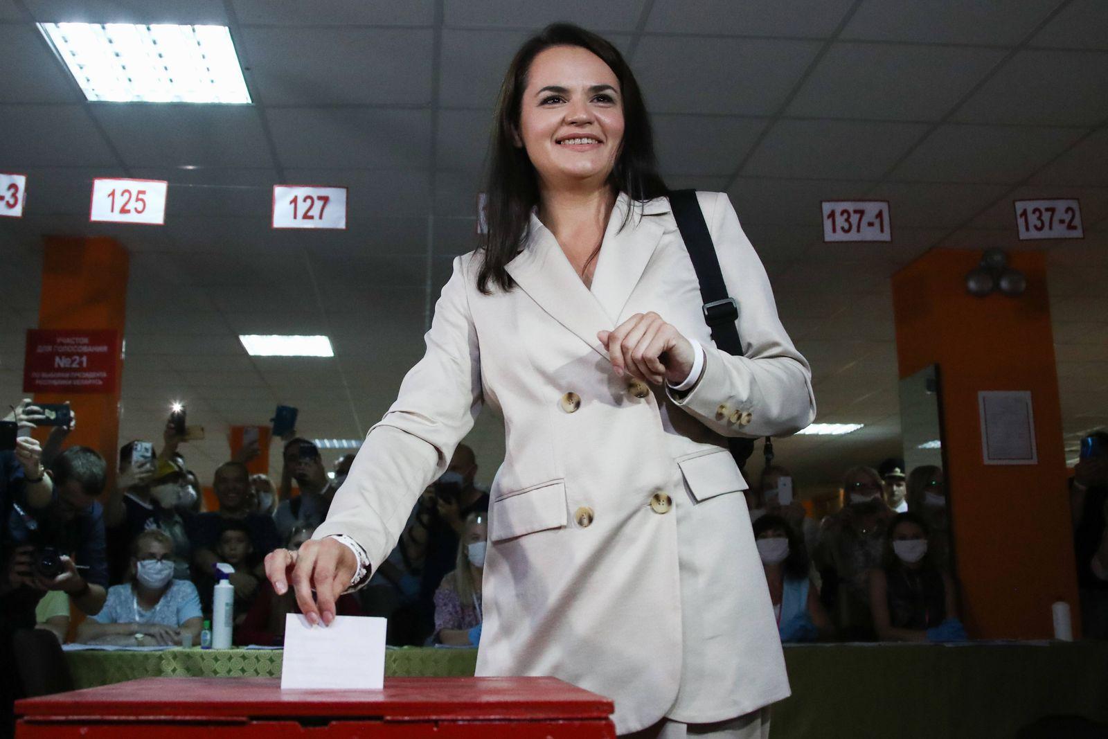 News Bilder des Tages MINSK, BELARUS - AUGUST 9, 2020: Presidential candidate Svetlana Tikhanovskaya casts her vote into