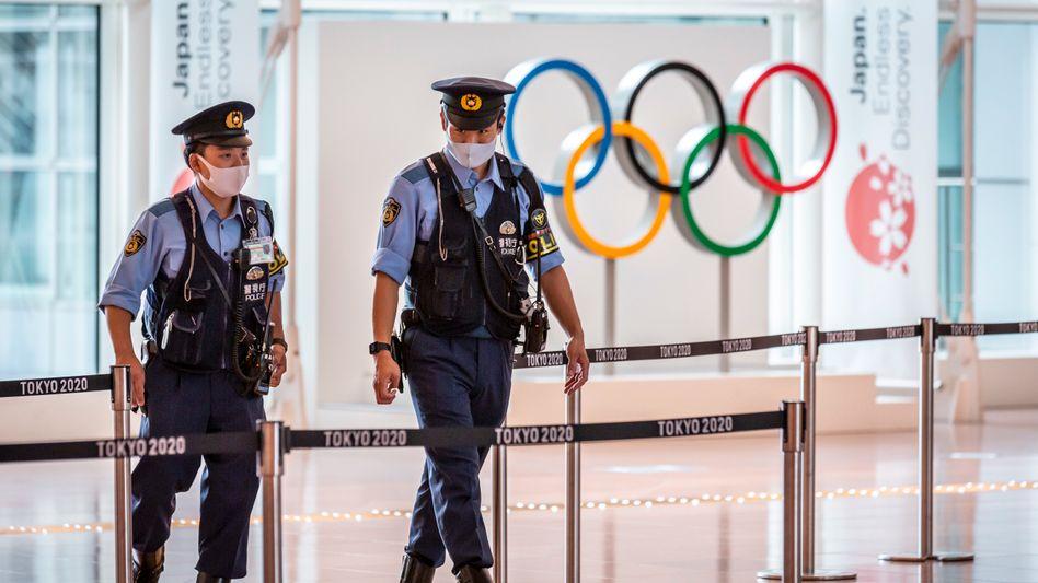 Polizeipatrouille am Tokioer Flughafen