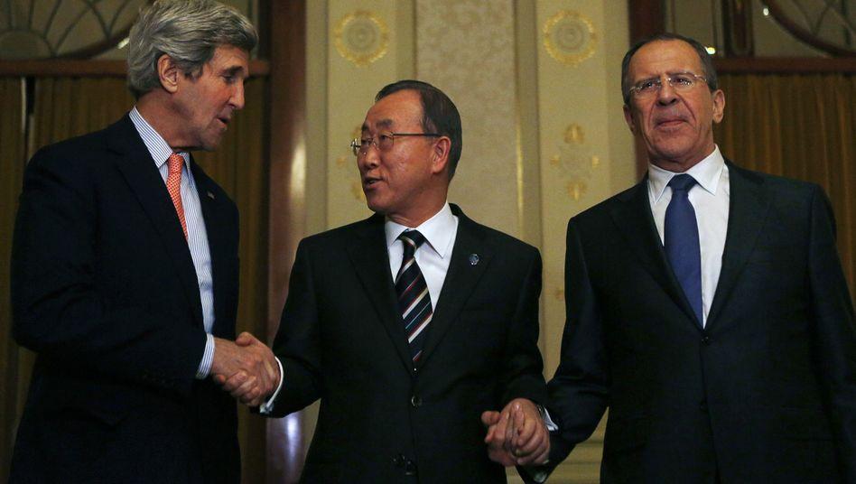 Uno-Generalsekretär Ban (Mitte) mit Außenministern Kerry, Lawrow: Konferenz hat begonnen