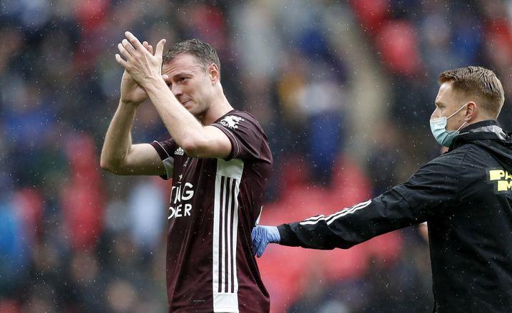 Raus mit Applaus: Jonny Evans musste verletzt schon in Halbzeit eins weichen