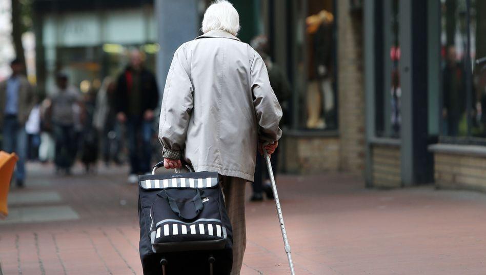 Rentnerin in Hamburg: Viele Alte sind auf das Sozialamt angewiesen