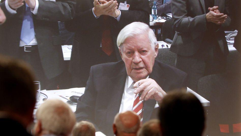 Altkanzler Schmidt auf dem SPD-Parteitag: Wie immer mit brennender Zigarette