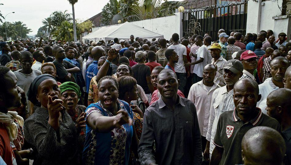Anhänger der Oppositionspartei UDPS demonstrieren nach Abbruch der Friedensgespräche in Kinshasa