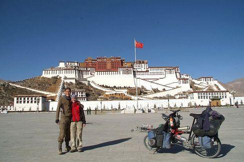 """Radreisende Jacob, Helmis in Tibet: """"An jeder Kreuzung warten 50 Polizisten."""""""