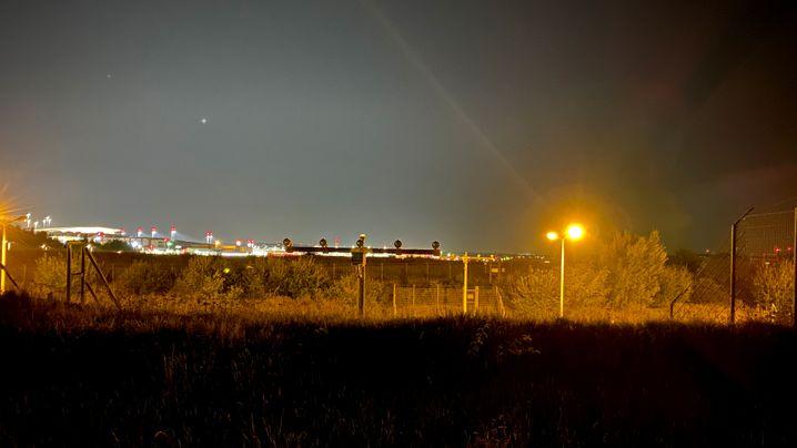 Vergleich des Nachtmodus: Links mit dem Motorola Razr 5G aufgenommen, rechts mit einem iPhone 11 Pro Max