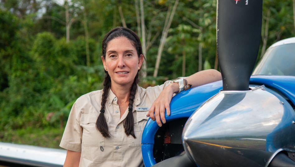 Mónica Delgado, Chefin einer Pilotenschule bei Cali, Kolumbien: Mit ihrer Piper Comanche, einem Leichtflugzeug Baujahr 1961, fliegt sie regelmäßig Einsätze mit Ärzten