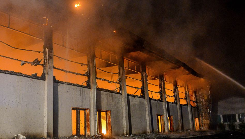 Geplante Flüchtlingsunterkunft in Brandenburg in Flammen