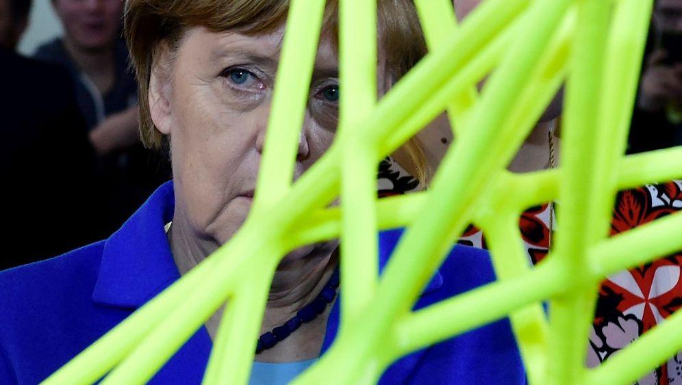 Cebit: Angela Merkel holding things