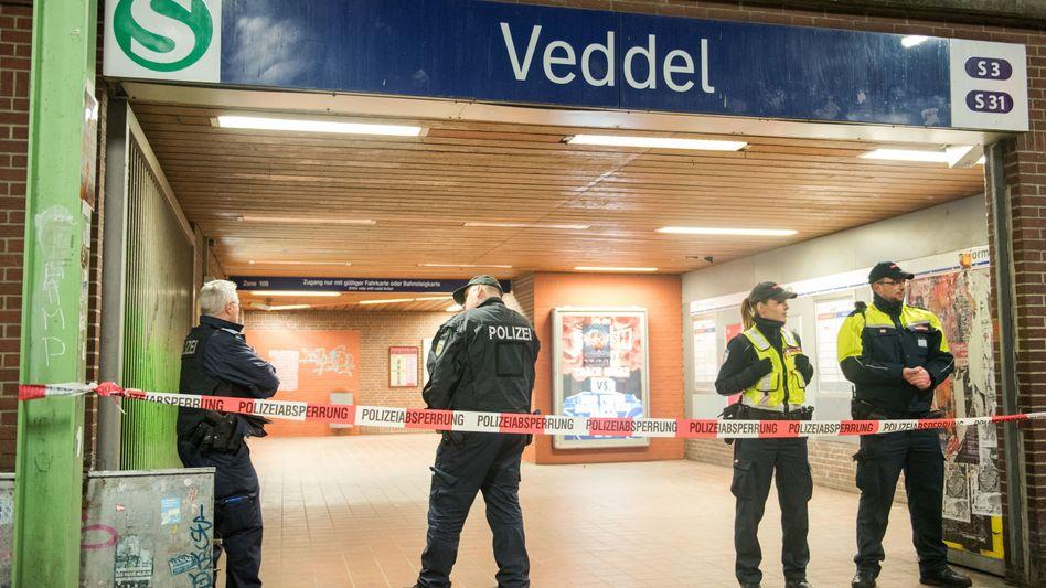 Polizisten und Sicherheitsdienstmitarbeiter am Hamburger S-Bahnhof Veddel (Foto vom 17.12.2017)