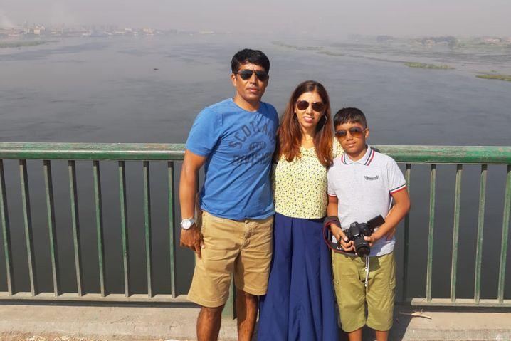 Youbaraj Dahal mit seiner Frau und seinem Sohn während ihrer Zeit in Dubai