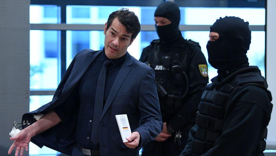 Adrian Ursache vor Prozessbeginn im Landgericht in Halle (Saale)