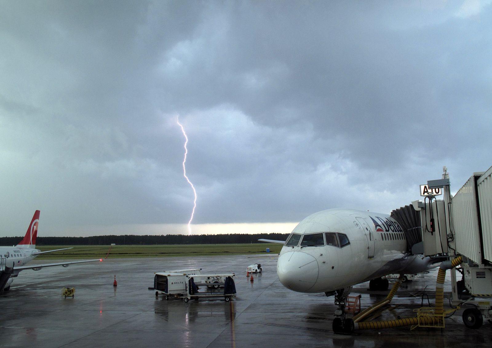 Flugzeug in Turbulenzen / Blitz