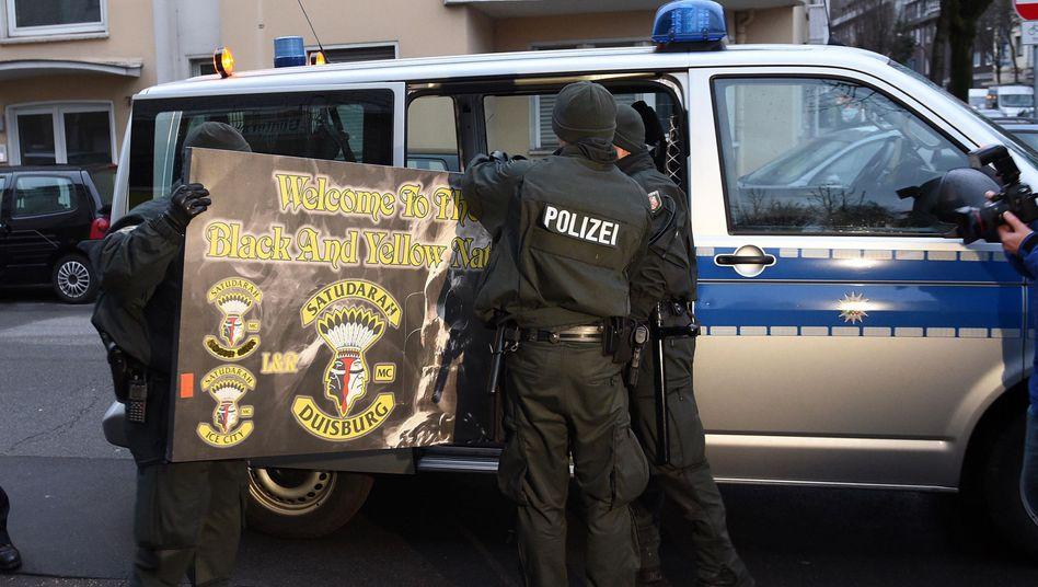 Einpacken in Duisburg: Polizei durchsuchte Vereinsheime des Rockerklubs Satudarah