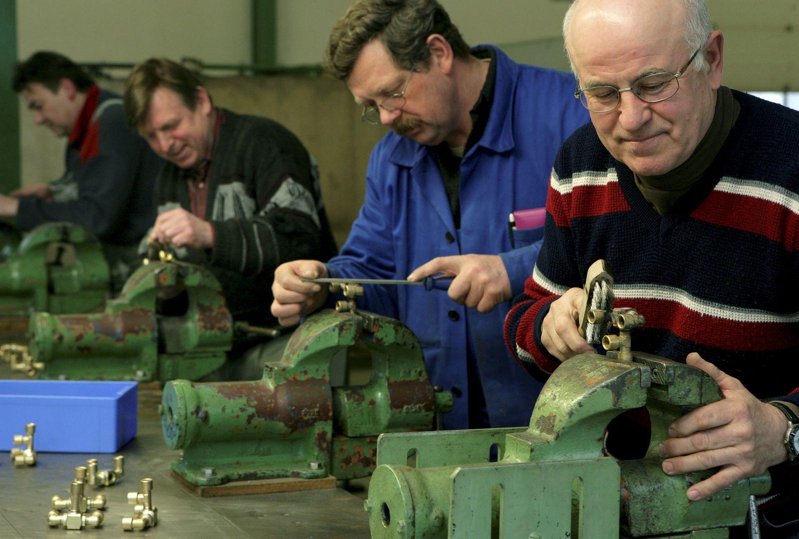 Ältere Arbeitnehmer / Werkhalle Energiepark Lausitz