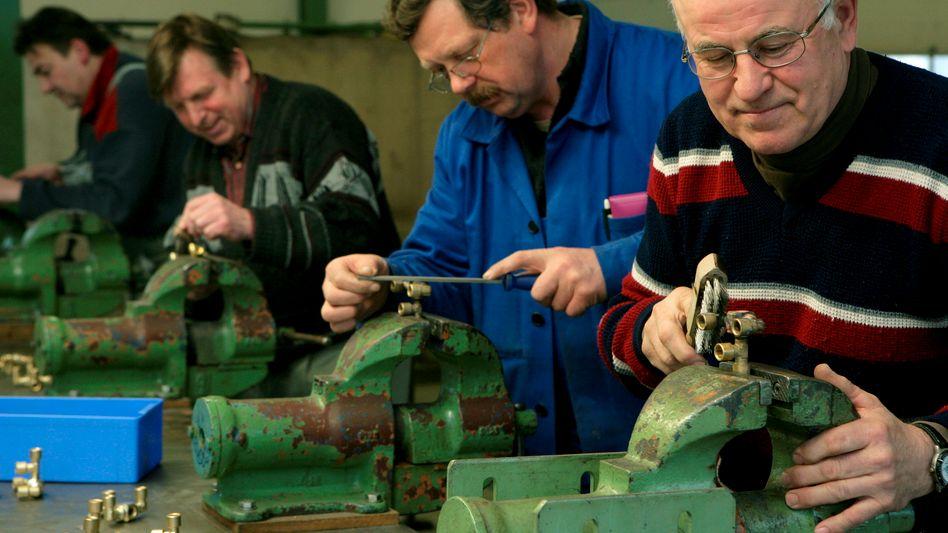 Ältere bei der Arbeit: So könnte es bald in immer mehr Unternehmen aussehen