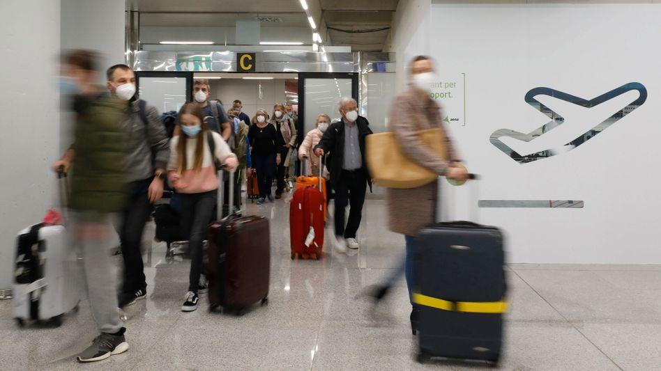 Passagiere kommen am Samstag auf dem Flughafen Palma de Mallorca an