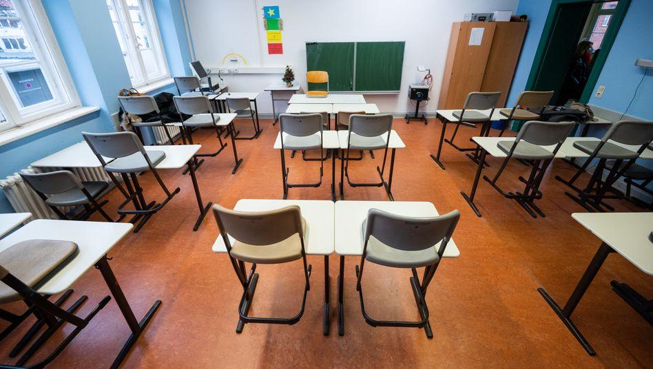 In einem Klassenraum im Schadow-Gymnasium in Berlin stehen die Stühle auf den Tischen