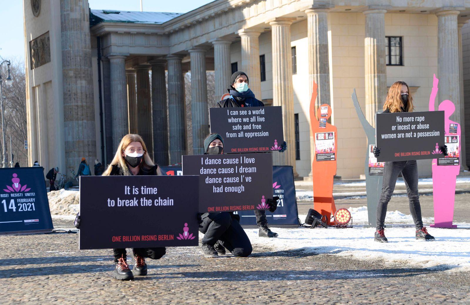 14 . 02 . 2021 , Berlin / Mitte : One Billion Rising - Demonstration und Tanz am Brandenburger Tor gegen Gewalt an Mädc