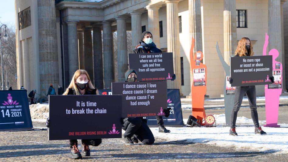 Frauen demonstrieren gegen Gewalt am Brandenburger Tor