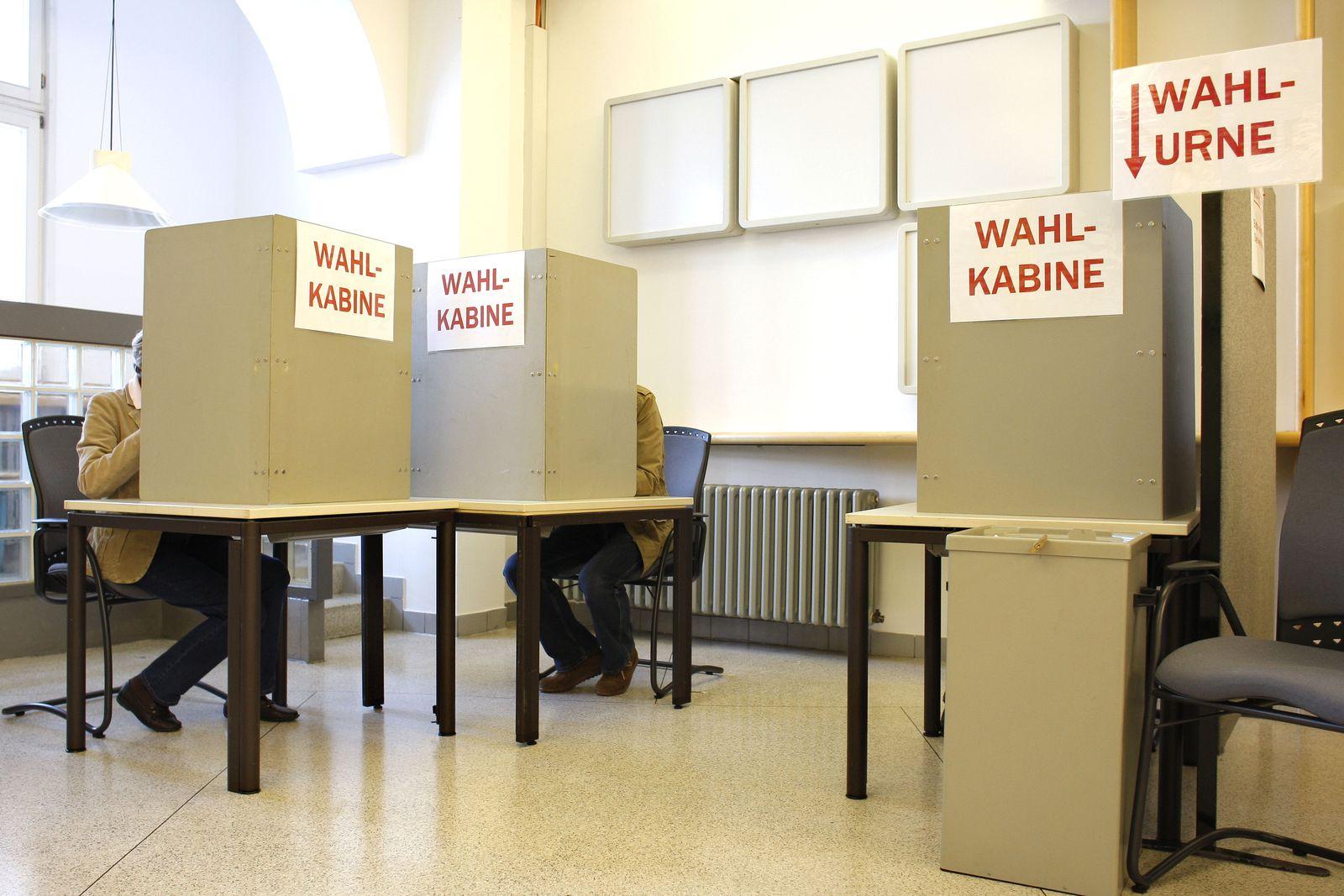 Wähler in der Wahlkabine