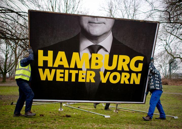 Kopflos: SPD-Bürgermeister Scholz auf einem Plakat in Hamburg
