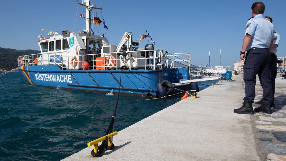 Streifenboot der Bundespolizei im Hafen der griechischen Insel Samos