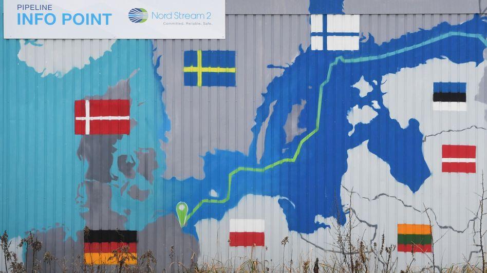 Karte mit Verlauf von Nord Stream auf einem Container in Lubmin