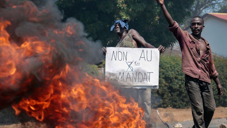 """Brennende Barrikade in der Hauptstadt Bujumbura: """"Nein zur dritten Amtszeit"""""""
