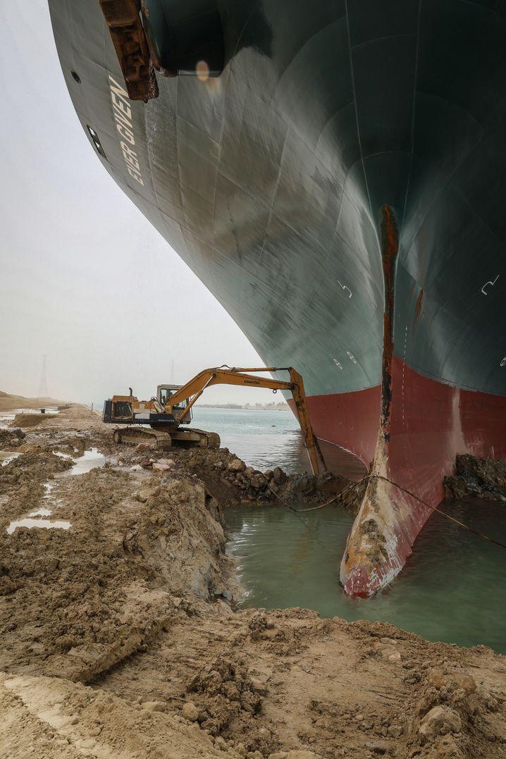 So vielleicht? Ein Bagger versucht den Bug des Containerriesen »Ever Given« freizuschaufeln, der sich ins Ostufer des Kanals gebohrt hat