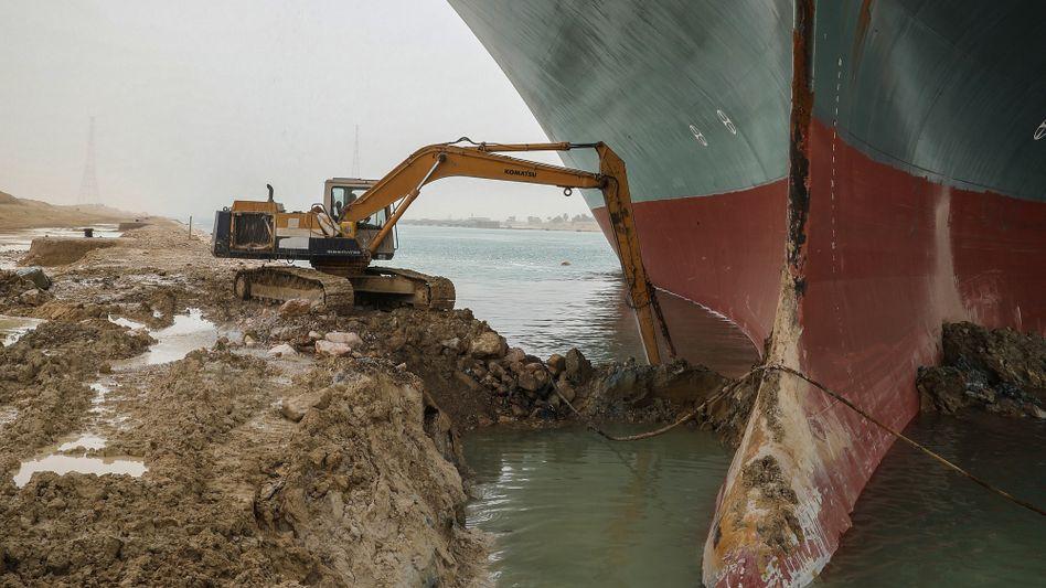 Baggerarbeiten am Suezkanal nach der Havarie der »Ever Given« (im März): Spätestens in zwei Jahren soll die Erweiterung fertig sein