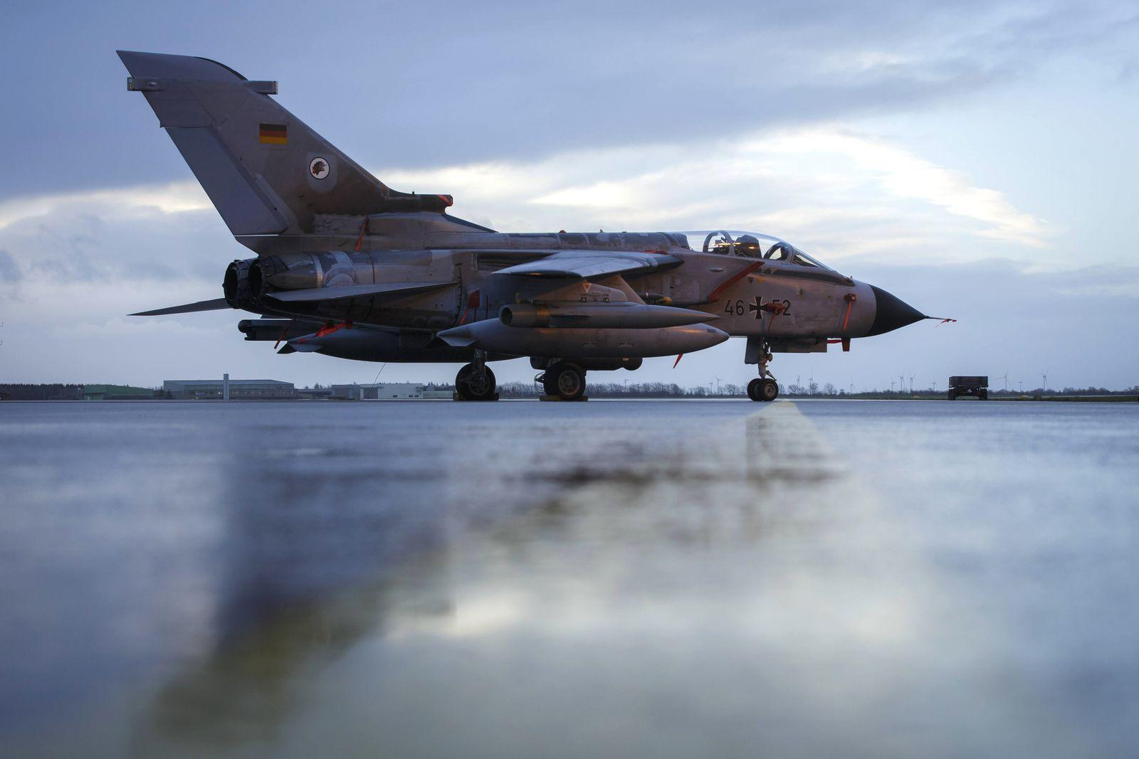 Taktisches Luftwaffengeschwader 51 Immelmann Ein Kampfflugzeug vom Typ Tornado mit einem Aufklaeru