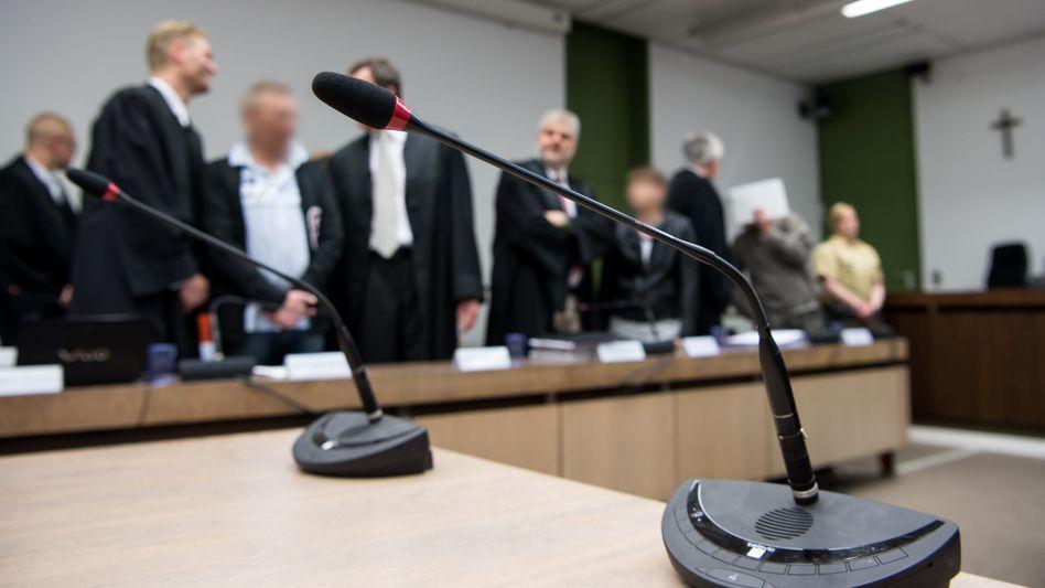 Angeklagte und Verteidiger im Gerichtssaal