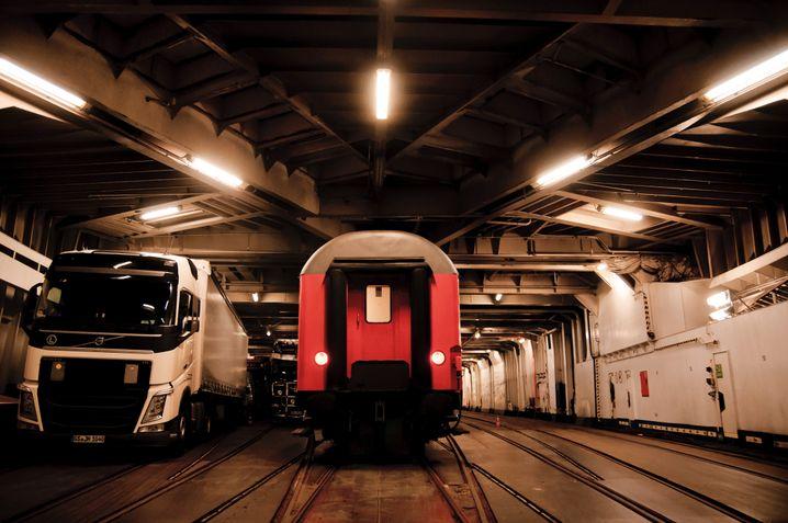Die Fähre der Königslinie: Ein Eisenbahndeck fast ohne Züge