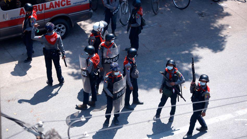 Sicherheitskräfte auf den Straßen von Yangon in Myanmar