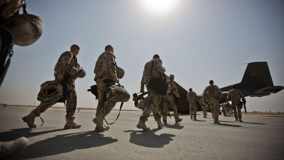 Die gute, alte Transall: Bundeswehrsoldaten in Afghanistan marschieren zu einer dieser Transportmaschinen