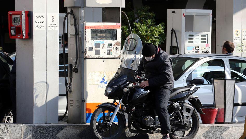 Plötzlicher Preissprung: Motorradfahrer an einer Tankstelle in Teheran