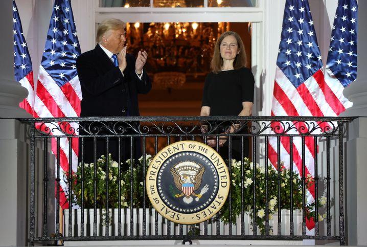 Rechte Revolution: Trump mit Amy Coney Barrett im Weißen Haus