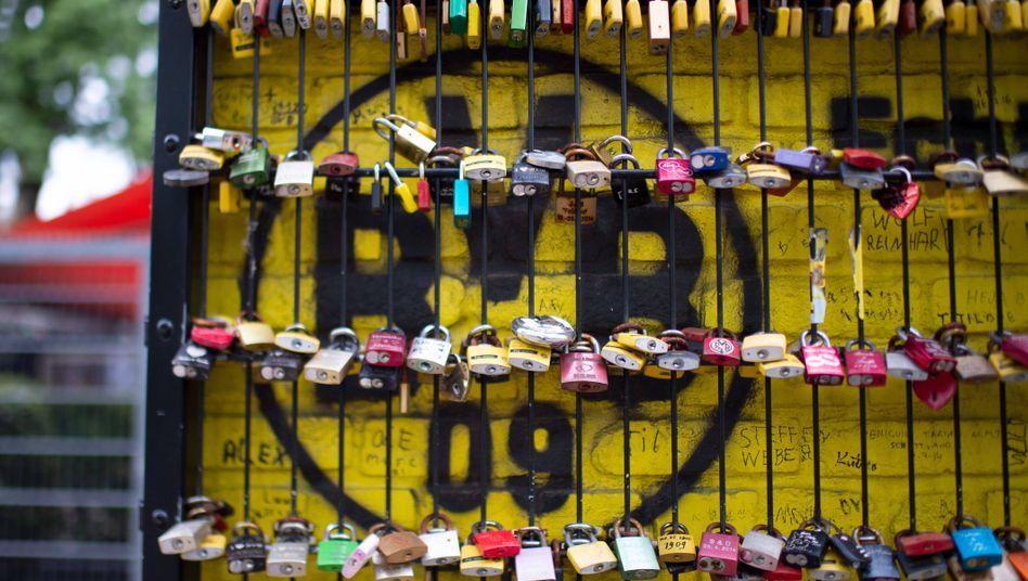 Vielen Fans hängen ihr Herz an einen Verein und wollen ihn im Stadion unterstützen. Für Spielerberater Jörg Neblung geht es zur Not aber auch ohne sie